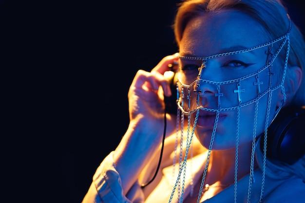 Dziewczyna Dj Przy Pilocie Z Biżuterią W Postaci łańcuchów Na Twarzy Premium Zdjęcia