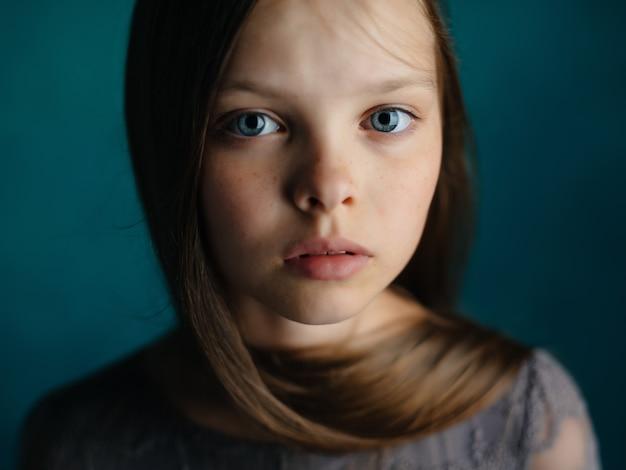 Dziewczyna długie włosy twarz z bliska na białym tle. zdjęcie wysokiej jakości