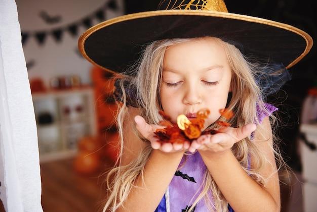 Dziewczyna dmuchająca konfetti na imprezie