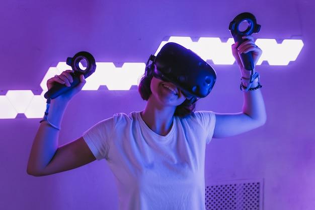 Dziewczyna dołącza do wirtualnej rzeczywistości