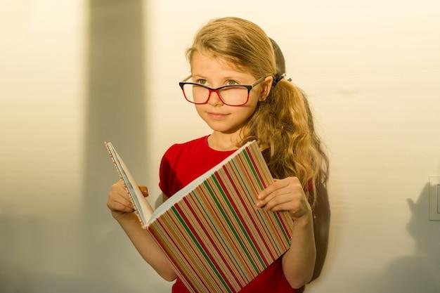 Dziewczyna dziecko uczeń szkoły podstawowej w okularach
