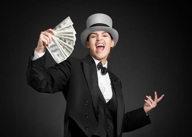 Dziewczyna gangstera trzyma pieniądze w rękach