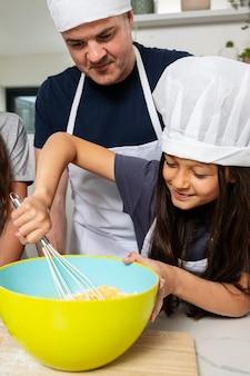 Dziewczyna gotuje z ojcem