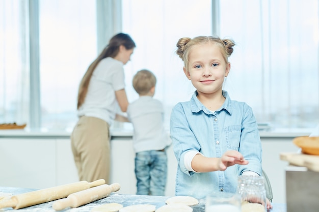 Dziewczyna gotuje