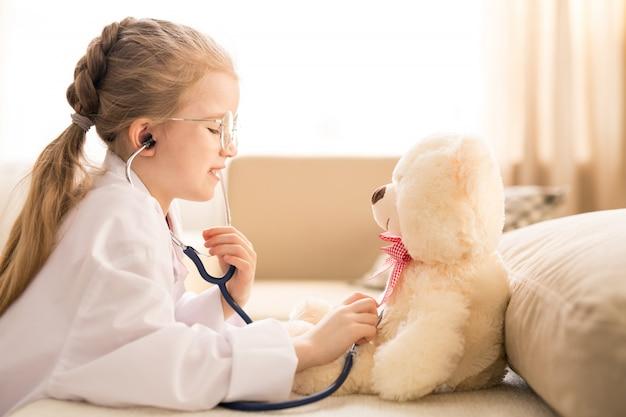 Dziewczyna gra lekarza