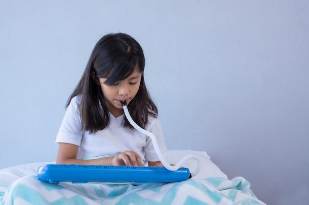 Dziewczyna gra melodię w łóżku