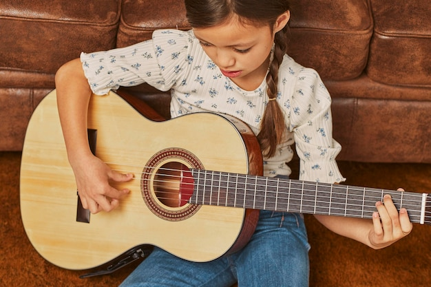 Dziewczyna gra na gitarze w domu