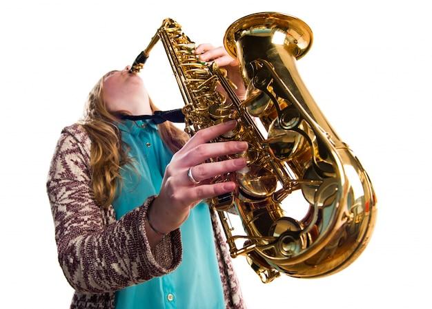 Dziewczyna gra na saksofonie