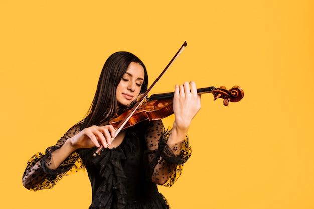 Dziewczyna gra na skrzypcach