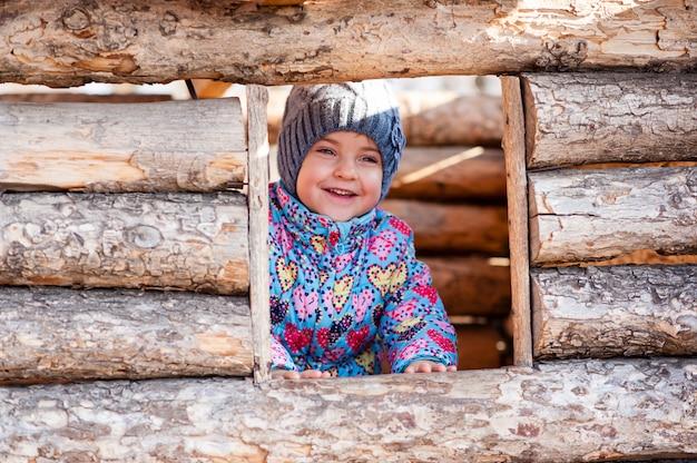 Dziewczyna gra w drewnianym domu