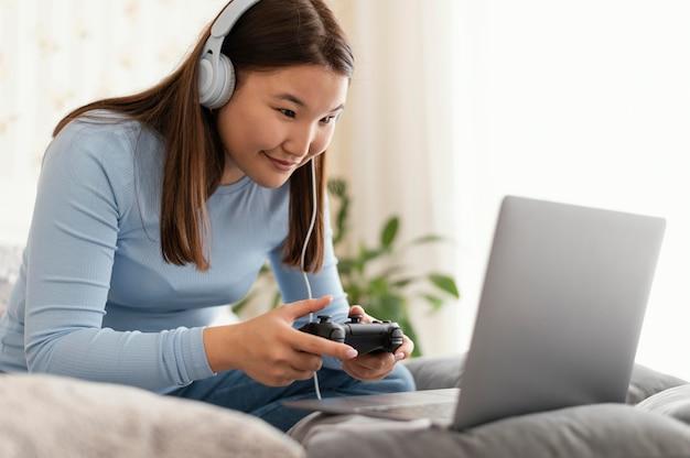 Dziewczyna gra w grę wideo na laptopie