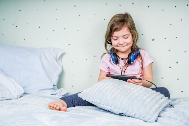Dziewczyna gra w gry wideo