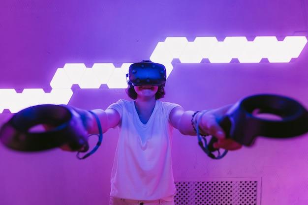 Dziewczyna gra w gry wirtualnej rzeczywistości