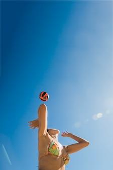 Dziewczyna gra w siatkówkę w słoneczny dzień