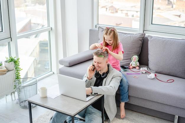 Dziewczyna hairstylying mężczyzna pracuje w domu