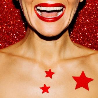 Dziewczyna happy mouth fashion styl klubowy
