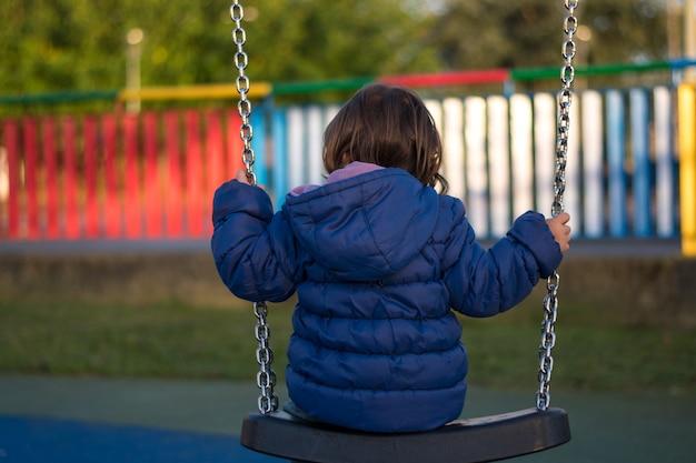 Dziewczyna huśtająca się w parku
