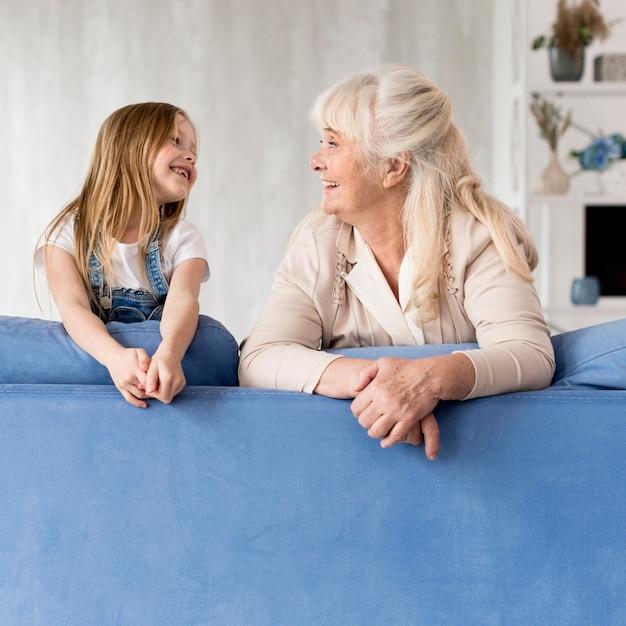 Dziewczyna i babcia, patrząc na siebie