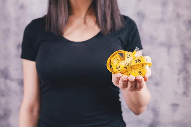 Dziewczyna i centymetr przestrzegają diety