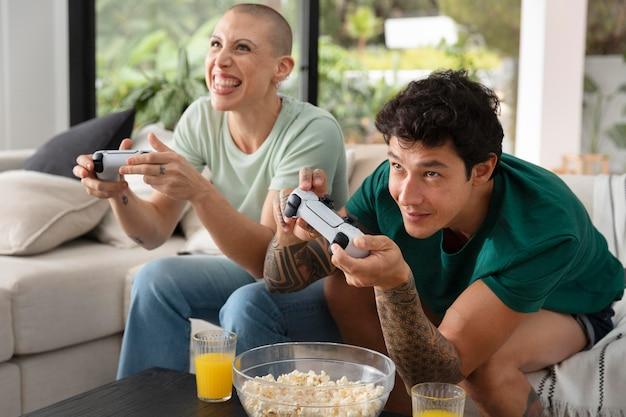 Dziewczyna i chłopak grają razem w gry wideo w domu