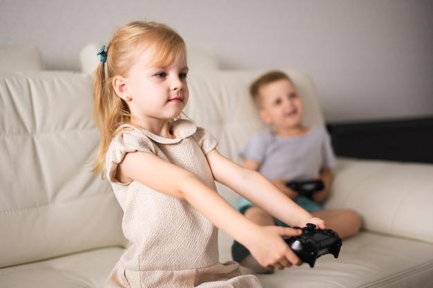 Dziewczyna i chłopak na kanapie z joystickiem