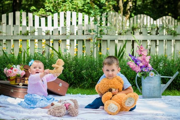 Dziewczyna i chłopak w ogrodzie