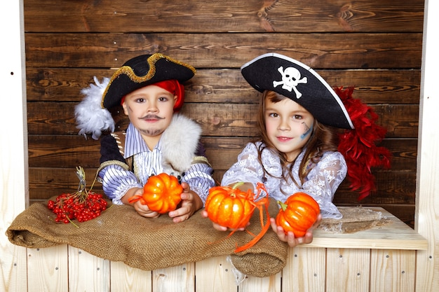 Dziewczyna i chłopak w strojach piratów z dekoracjami na halloween
