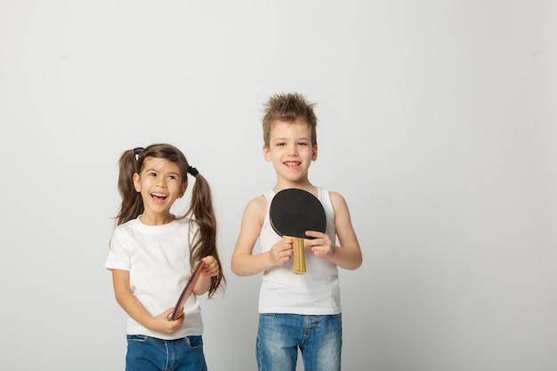 Dziewczyna i chłopak z rakietą do ping-ponga