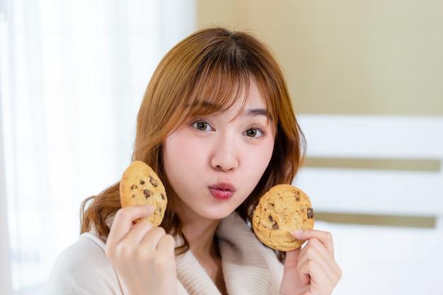 Dziewczyna i ciesz się pysznymi ciastkami dla smakoszy