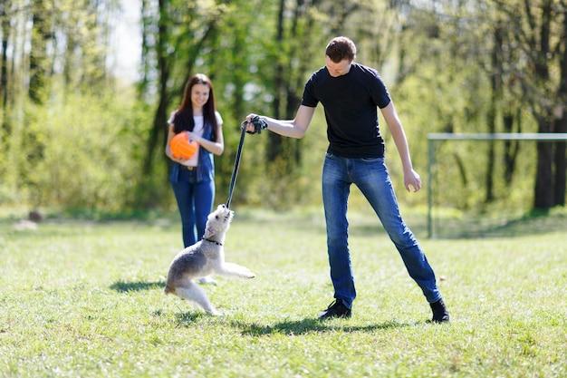Dziewczyna i facet robi szkolenie psa