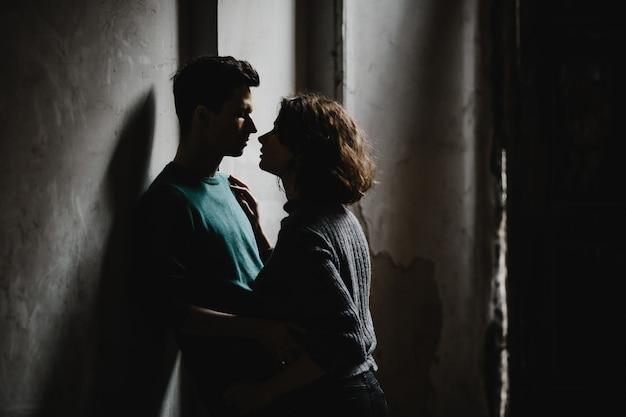 Dziewczyna i facet stoją naprzeciwko siebie i wspaniale patrzą na siebie