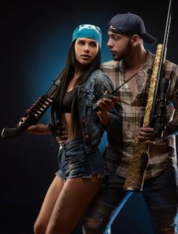 Dziewczyna i facet z bronią