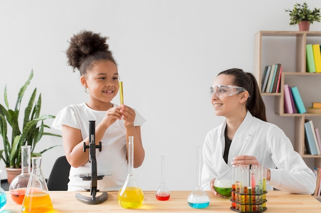 Dziewczyna i kobieta naukowiec o klasie nauki