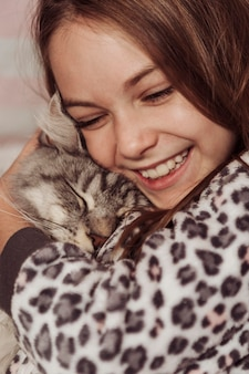 Dziewczyna i kot są szczęśliwi i kochani