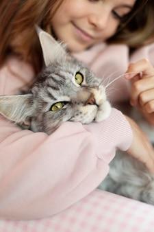 Dziewczyna i kot z bliska