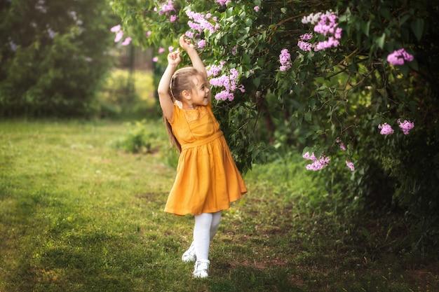 Dziewczyna i kwiaty bzu w ogrodzie w lecie