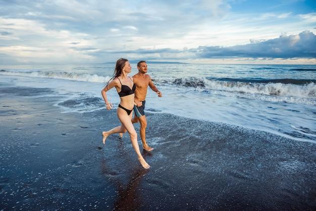 Dziewczyna i mężczyzna na plaży działa