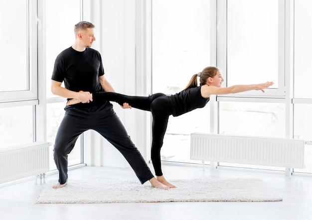 Dziewczyna i mężczyzna robi treningu