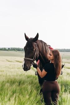 Dziewczyna i młody koń sportowy w naturze