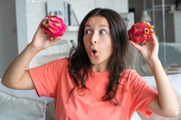 Dziewczyna i owoc smoka. radosna dziewczyna korzystających z owoców tropikalnych.