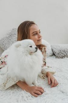 Dziewczyna i puszysty pies odwracając wzrok