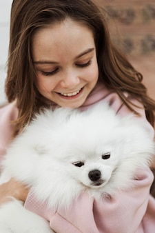 Dziewczyna i puszysty pies wysoki widok