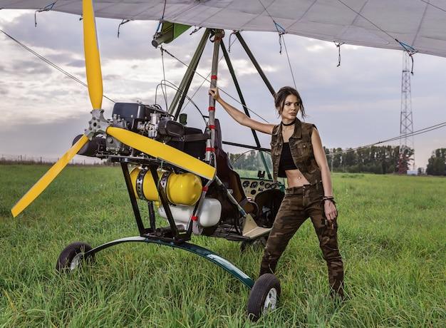 Dziewczyna i samolot ultralekki.