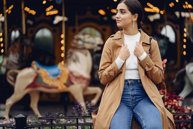 Dziewczyna idąc przez park rozrywki