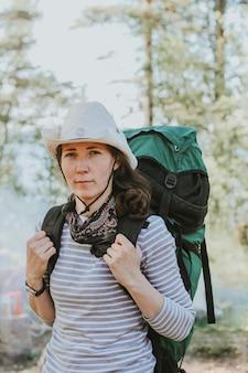 Dziewczyna idzie na wycieczkę z dużym specjalnym plecakiem.
