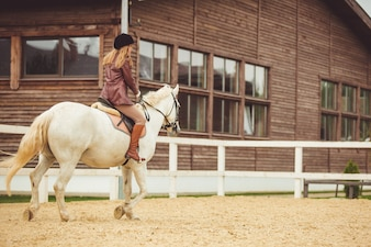 Dziewczyna jeździ konno