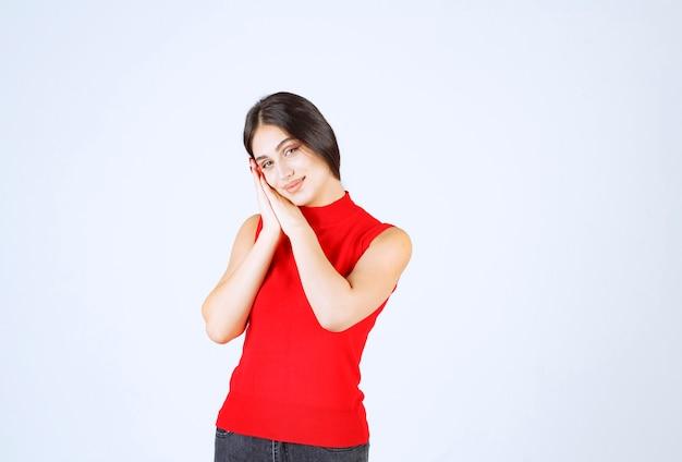 Dziewczyna jednocząc ręce i prosząc o coś.