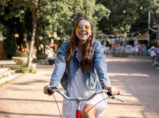 Dziewczyna jedzie na rowerze