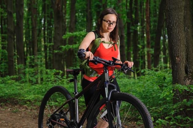 Dziewczyna jedzie rower w lesie
