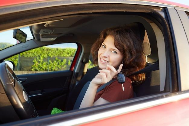 Dziewczyna jedzie samochodem